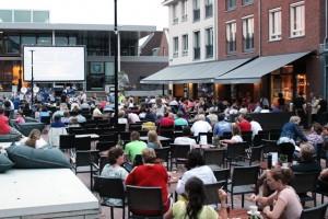 Op het Lindeplein nemen veel bezoekers plaats voor een avondje filmkijken. (foto Joris van der Pijll)