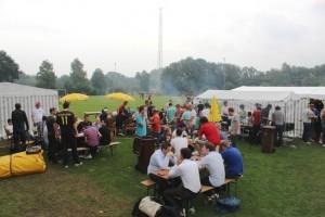 Sporters en aanhang genieten van een welverdiende barbecue bij Audacia in Moergestel.