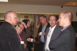 Ondernemers praten met elkaar onder het genot van een kopje koffie.