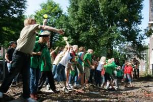 Scoutingkinderen gooien in september 2010 verfbommetjes naar het oude gebouw in de Waterhoef, een ludiek afscheid voorafgaande aan hun verhuizing naar de Sportlaan.