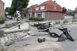Wegwerkers zijn direct begonnen met het opbreken van het asfalt op de Moergestelseweg, er is geen doorgang meer mogelijk.