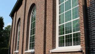 Het Protestantse kerkje aan de Kerkstraat in Oisterwijk werd voorzien van gerenoveerd glas in lood en nieuwe voorzetramen