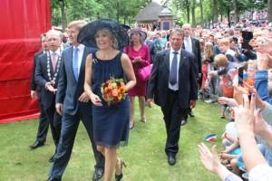 Koningin Maxima herkent burgemeester Hans Janssen en loopt op hem af.
