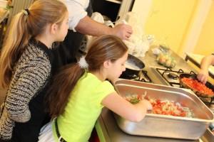 Kindkoks koken samen op AZC Oisterwijk