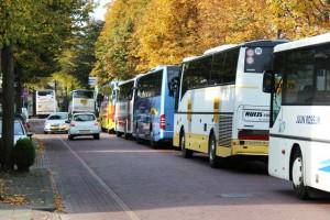 NS zet bussen in, die met zeven stuks een file vormen op de Spoorlaan en Stationsplein in Oisterwijk.