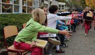 Basisschool de Molenhoek breekt record langste rij lezende kinderen op straat. (