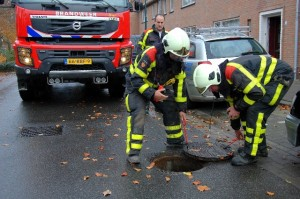 Brandweer bij rioolput (Foto ter illustratie: Toby de Kort)