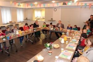 Burgemeester Henk Willems praat m,et de kinderen tijdens het Nationaal ontbijt in Oisterwijk.