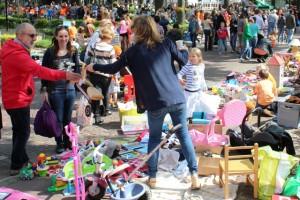 Kinderen leggen hun oude spullen op kleedjes voor de verkoop... (foto Joris van der Pijll)