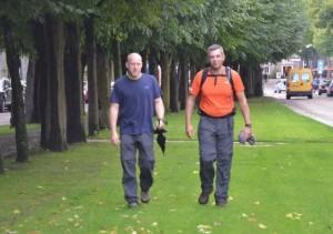 Eddy Maurice (links) en Jan Callioux leggen de laatste meters af over de Lind in Oisterwijk. Foto: Paul Spapens.