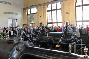 Bezoekers kijken hun ogen uit bij de stoommachine van de KVL. (foto: Joris van der Pijll)