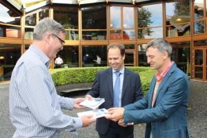 Joop van Hezik (links) overhandigt twee exemplaren aan Eric Roosen (rechts) en Joris Wagenmakers (midden). (Foto: Joris van der Pijll)