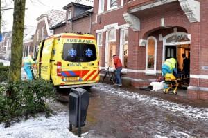Omstanders hebben de vrouw droog in het portiek opgevangen.  (Foto: Toby de Kort)