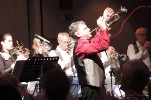 Peter blaast een solo. (Foto: Leny van Schijndel)