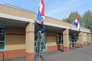 De dag begon met het ophangen van de vlaggen; het gaf een feestelijk tintje en een gebaar van welkom aan de bezoekers.