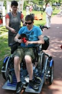 Rick, enkele jaren terug op zijn rolstoelfiets, op pad in het centrum van Oisterwijk (Foto: Joris van der Pijll).