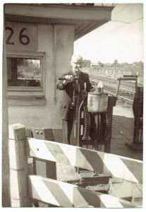 Oisterwijker Harrie Marsé vertelt in het boek 150 Jaar Spoor in Oisterwijk over de herinneringen aan zijn jeugd en het werk van zijn vader Cees, hier aan het werk bij de spoorovergang van de Udenhousteweg (Foto: Privé archief fam. Marsé).