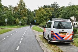 Politie is meer aanwezig in de buurt van het AZc in Oisterwijk, nadat enkele weken terug de jongeren van het AZC in botsing kwamen met die van de woonwijk (Foto: Toby de Kort).