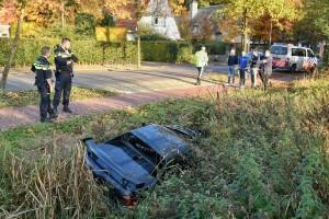 De auto kwam in de sloot langs de weg terecht (Foto: Toby de Kort).