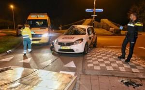 Zowel auto als inzittenden kwamen weer op hun 'beentjes ' terecht (Foto: Toby de Kort).