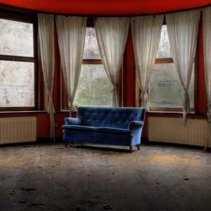 Met deze foto van een bank, achtergebleven in een Belgisch slooppand, won Oswaldo Herrera de interne fotowedstrijd van AFV Kontrast in december 2014.