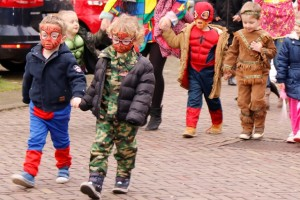 Kids verkleed in de wijkstoet door Westend (Foto: Chantal Damen)