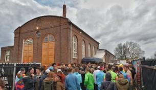 Rijen dik voor de ingang van  De Leerfabriek in Oisterwijk, staan deze rijen straks voor het Insaid gebouw?  (Foto: Toby de Kort)