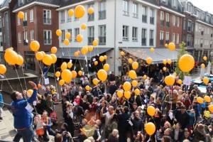 De weergoden gunnen Koningsdag in Oisterwijk toch nog een streepje zon (Foto: Joris van der Pijll).