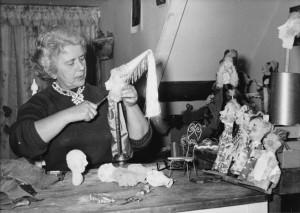 Poppenspeelster Cia van Boort, schepper van de kerstgroep Levenskerk.
