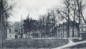 De pomp op een foto uit 1903 lijkt op de pomp uit 1981 die er nu nog staat.