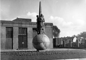 Het monument zoals dat in 1941 werd geplaatst (Archief Oisterwijk in Beeld).