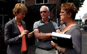 Delian, Joost en Hennie  verkennen de route van het belevingspad... (Foto: Joris van der Pijll).