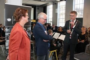 Hennie en Joost van den Berg worden persoonlijk bedankt door burgemeester Hans Janssen (Foto: Joris van der Pijll).