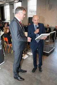 Het eerste exemplaar is voor burgemeester Hans Janssen (Foto: Joris van der Pijll)