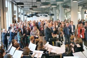 Een volle zaal zingt samen met Asterius voor de jarige KVL (Foto: Joris van der Pijll).
