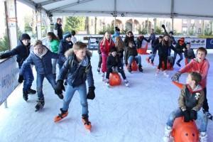 Jeugd geniet op de schaatsbaan in Oisterwijk (Foto: Joris van der Pijll).