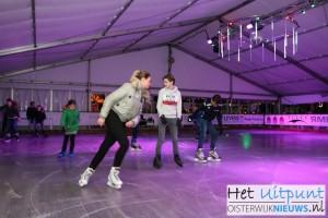 De eerste schaatsers op het Oisterwijkse ijs (Foto: Joris van der Pijll).