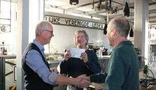 Anton van Dorp (rechts) bedankt Joost van den Berg (links) voor de overdracht van het archief. Gerrit de Jong lacht, die mag met deze informatie aan de slag (Foto: Joris van der Pijll).