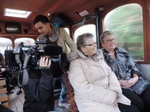 Cameraman van RTL 4 kijkt over de schouder mee (Foto: Leny van Schijndel).