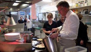 Burgemeester Janssen bakt ze bruin