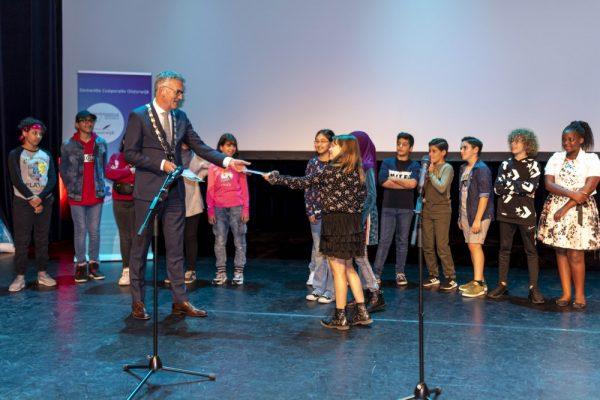 Kinderen geven hun boodschap over aan de burgemeester